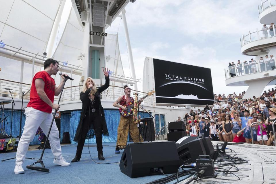 Backed by Joe Jonas' band, DNCE, Bonnie Tyler sang her hit ''Total Eclipse of the Heart'' during the eclipse on a Royal Caribbean cruise.